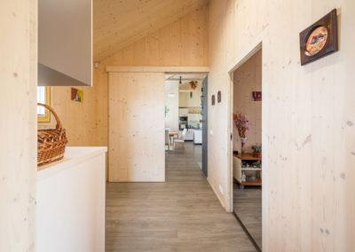Posuvné dveře uvnitř dřevostavby - rodinný dům u Ostravy